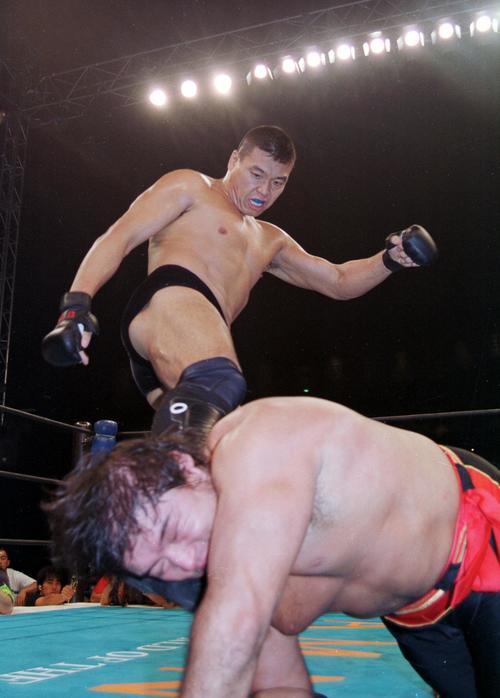 99年10月、橋本真也(手前)を蹴り上げる小川直也