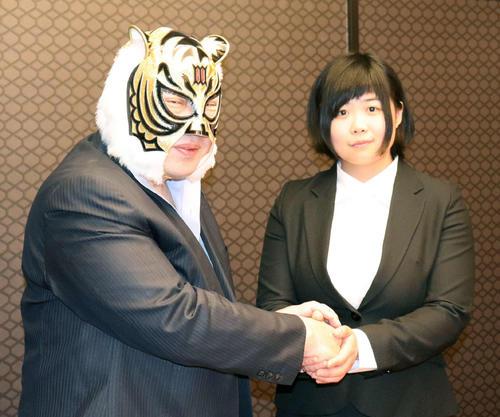 握手をかわす初代タイガーマスクと舞海魅星(みらい)