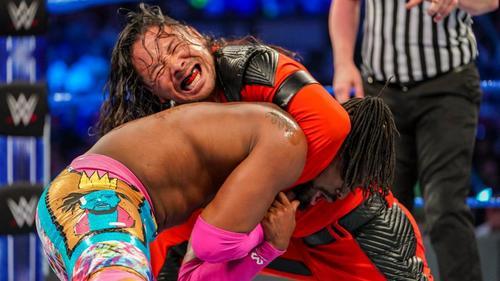 WWEヘビー級王者キングストン(左)とのシングル戦に臨んだ(C)2019WWE,Inc.AllRightsReserved