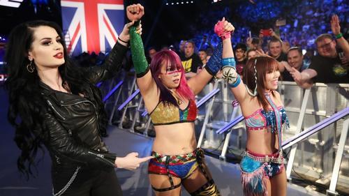 代理人のペイジ(左)からカブキウォリアーズと命名されたアスカ(中央)とカイリ・セインのタッグ (C)2019 WWE, Inc. All Rights Reserved