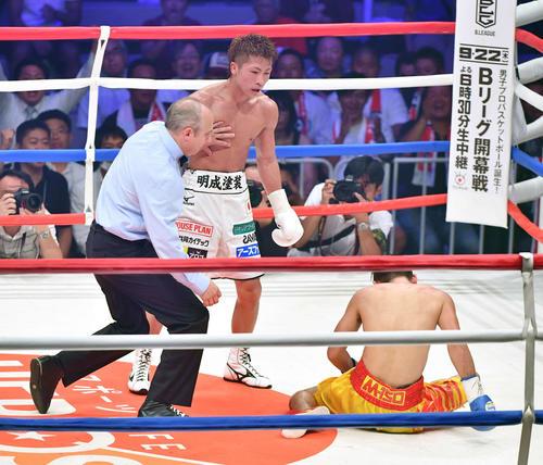 10回、ペッチバンボーン(右)からダウンを奪いKO勝ちを収める井上尚(2016年9月4日撮影)
