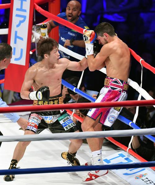 2018年5月25日、WBA世界バンタム級タイトルマッチの1回、井上(左)は猛烈なラッシュでマクドネルを倒し新王者に