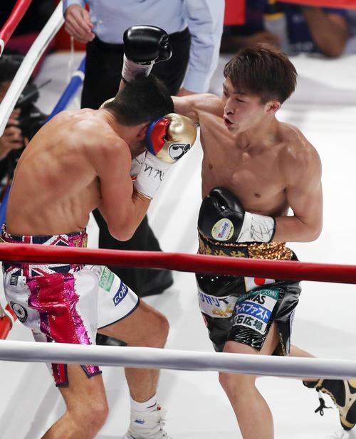 1回、マクドネル(左)をコーナーに追い込み、猛攻を仕掛ける井上尚(2018年5月25日撮影)