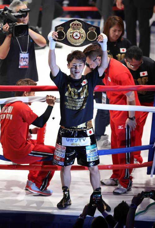 3階級制覇を達成し、ベルトをファンに掲げる井上尚弥(2018年5月25日撮影)