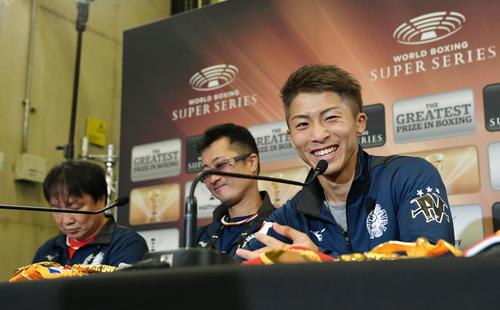 18日の試合後、会見で笑顔の井上(右)。左から大橋会長、父の真吾トレーナー