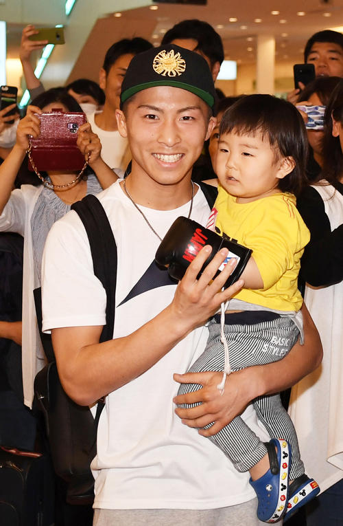 グローブを付ける息子の明波くんを抱きかかえポーズを決める井上尚弥(撮影・横山健太)