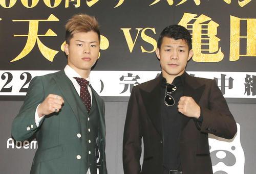 ファイティングポーズを取る那須川天心(左)と亀田興毅氏(撮影・河田真司)