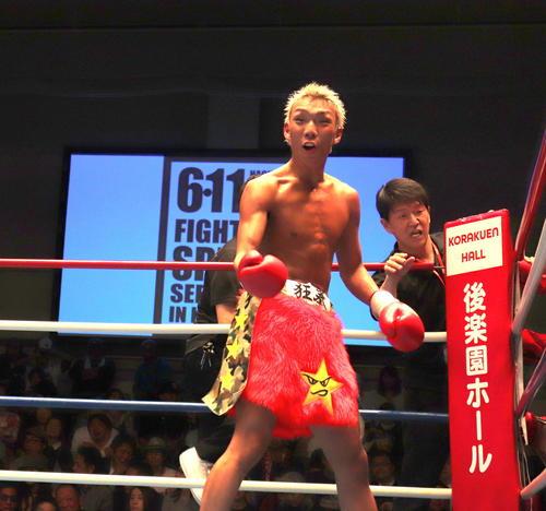 東日本新人王フェザー級2回戦を制し、観客をあおる亀田京之介