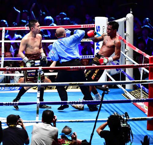 パリクテ対井岡 10回、井岡(左)はパリクテを攻め込み、レフェリーが割っては入りTKO勝ちを収める(撮影・小沢裕)