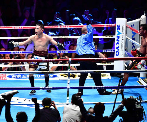 パリクテ対井岡 10回、井岡(左)はパリクテからTKO勝ちを収める(撮影・小沢裕)