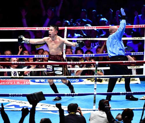 パリクテ対井岡 10回、井岡(左)はパリクテからTKO勝ちを収め、喜びながらほえる(撮影・小沢裕)