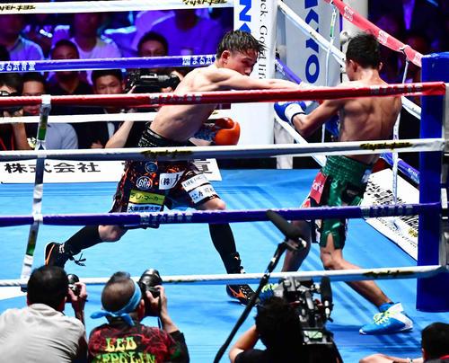 京口対ナコーン 10回、ナコーン(右)に右パンチを放つ京口(撮影・小沢裕)