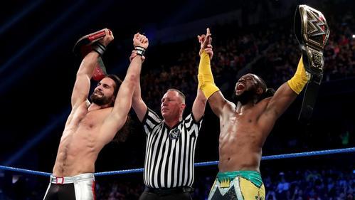 勝利を喜ぶユニバーサル王者ロリンズ(左端)とWWEヘビー級王者キングストン(右端)(C)2019WWE,Inc.AllRightsReserved