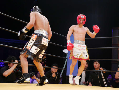 ガッツポーズする那須川(右)左は亀田氏(撮影・鈴木正人)