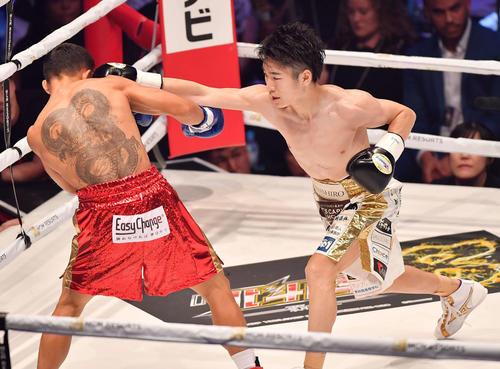 ジョナサン・タコニン対拳四朗 1回、タコニン(左)に右ストレートを見舞う拳四朗(撮影・上田博志)