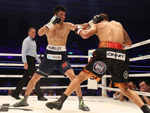 WBA世界ミドル級タイトルマッチ 村田諒太ーロブ・ブラント 1R、村田諒太(左)はロブ・ブラントに左を入れる(撮影・加藤哉)