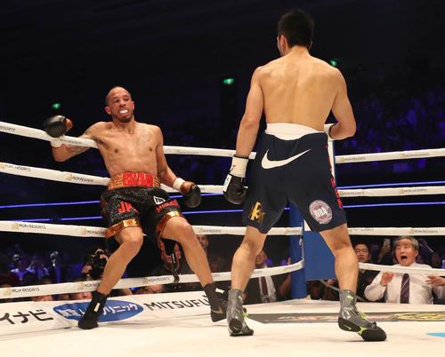 2R、ダウンを奪った村田諒太(右)はロブ・ブラントを一気に責め立てる(撮影・加藤哉)