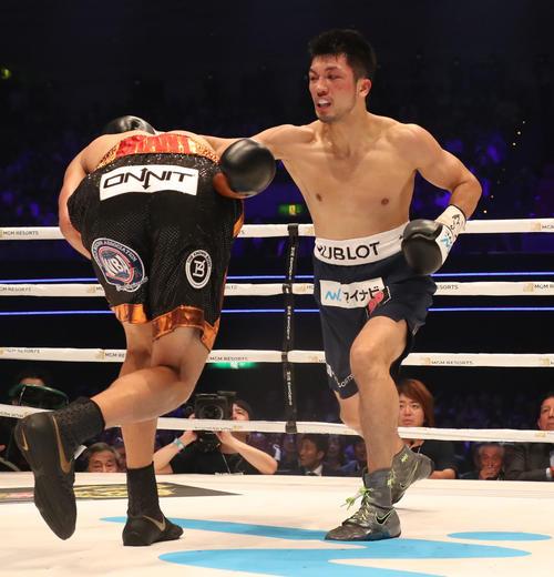 WBA世界ミドル級タイトルマッチ 村田諒太ーロブ・ブラント 1R、村田諒太(左)はロブ・ブラントに右フックを入れる(撮影・加藤哉)