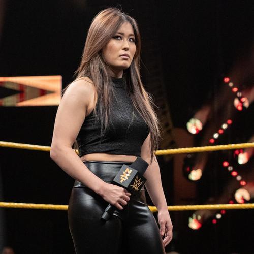 ブラックの服装でリングに立った紫雷(C)2019WWE,Inc.AllRightsReserved
