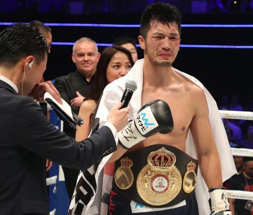 村田はロブ・ブラントに勝利し、ベルトを巻いて涙ぐむ(撮影・加藤哉)