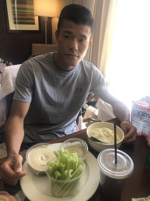 前日計量後、セロリ、オーガニック食材で作ったディップなどヘルシーな食事をとる亀田和毅(亀田シルセさん提供)