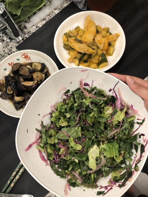 ある日の夕食。手前はケールと紫キャベツのサラダ。味付けはレモン、オリーブオイルのみ(亀田シルセさん提供)