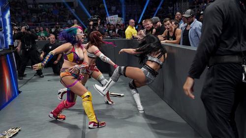 WWE女子タッグ王者ケイ(右)を場外で投げとばすアスカ(左端)とセインのカブキ・ウォリアーズ(C)2019WWE,Inc.AllRightsReserved
