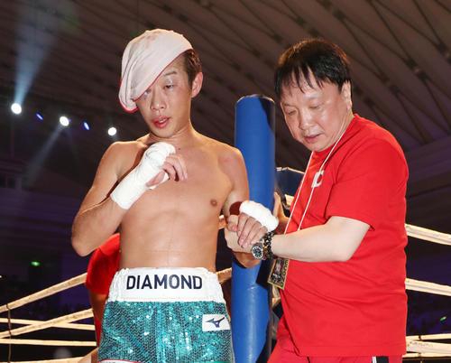 ジョー・ノイナイに敗れリングを引き揚げる清水聡(左)(2019年7月12日撮影)
