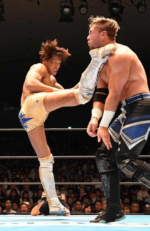飯伏幸太対ウィル・オスプレイ オスプレイ(右)をキックで攻める飯伏幸太(撮影・酒井清司)