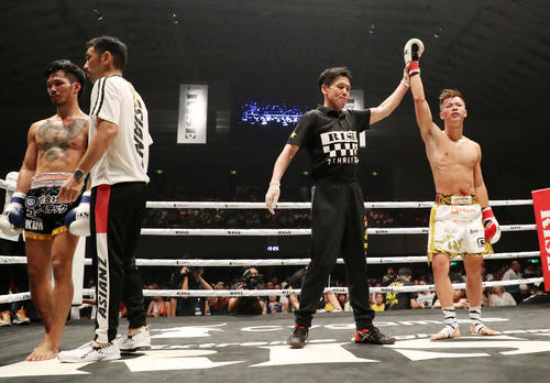 那須川天心対スアキム 3回、スアキムにTKOで勝利した那須川(撮影・加藤哉)
