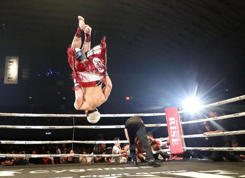 ル・ジュン対原口健飛 1回、ル・ジュン(左)にKOで勝利を決めリング上で宙返りを見せる原口(撮影・加藤哉)