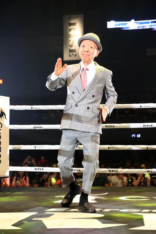 セクサン・オー対白鳥戦を前にリングに上がったスペシャルゲストの坂田利夫(撮影・加藤哉)