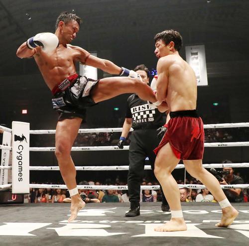 チャンヒョン・リー対梅野源治 3回、チャンヒョン・リー(右)に跳び蹴りを入れる梅野(撮影・加藤哉)