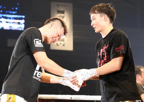 決勝は那須川(左)と志朗に決定しリング上で握手する(撮影・加藤哉)