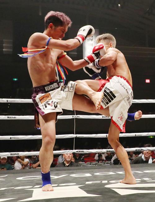 佐藤亮対利川和希 2回、佐藤(左)は利川にキックを入れる(撮影・加藤哉)