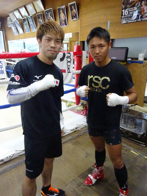 WBC世界ライトフライ級ユース王者加納陸(右)とスパーリングを行ったWBO世界フライ級王者田中恒成(撮影・加藤裕一)
