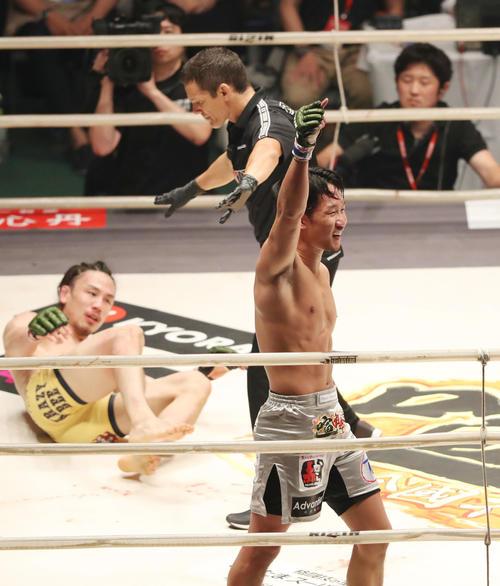 第3R、終了間際に矢地(後方)からダウンを奪い、拳を掲げる朝倉(撮影・狩俣裕三)