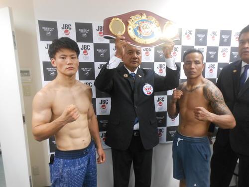 再起戦で王座返り咲きを狙う井上岳志(左)と対戦相手のコムサン・ポンセーン