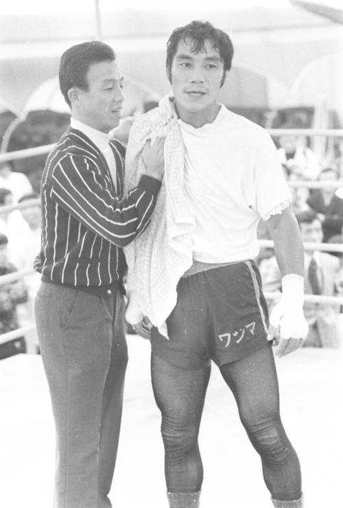 輪島公一(右)と三迫仁志会長(1972年9月29日撮影)