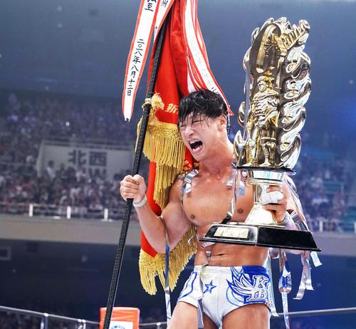 ホワイトに勝利しG1クライマックス優勝を決めた飯伏は優勝旗とトロフィーを手に、雄たけびを上げる(撮影・河田真司)