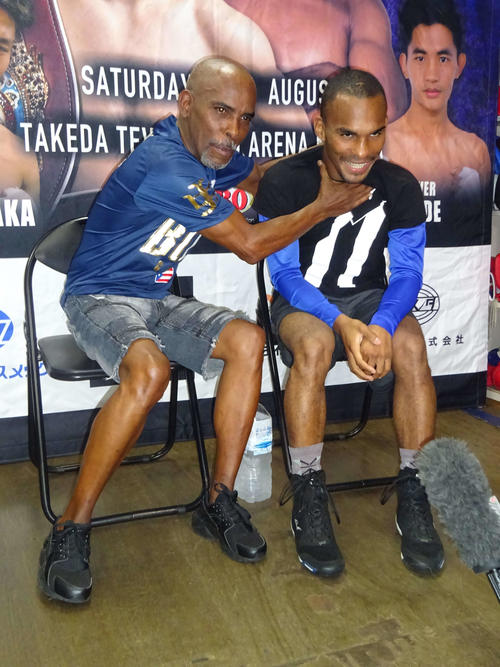 WBO世界フライ級王者田中恒成に挑むジョナサン・ゴンサレス(右)。トレーナーの父ルイス氏とおどけてみせた(撮影・加藤裕一)