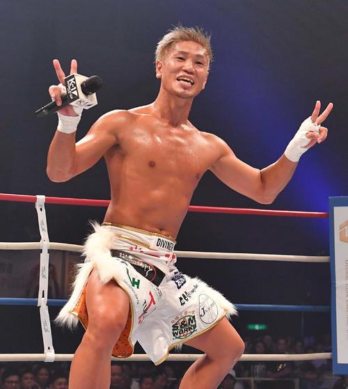 アントニオ・ゴメスに勝利しピースサインで笑顔を見せる城戸康裕(撮影・上田博志)