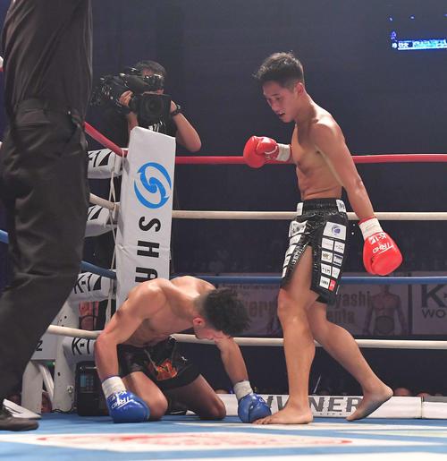 デニス・デミルカプ(左)にKO勝利した林健太(撮影・上田博志)