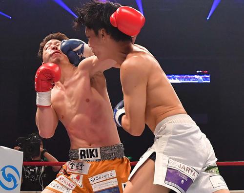 松岡力(左)にKO勝利した近藤魁成(撮影・上田博志)=