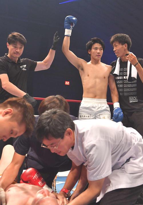 松岡力(左)にKO勝利した近藤魁成(撮影・上田博志)
