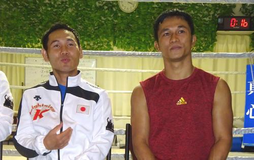 全日本選手権東海地区予選に向け練習を公開した高山勝成(左)と、スパーリングパートナーで来日した元WBC世界ミニマム級王者イーグル京和(撮影・加藤裕一)