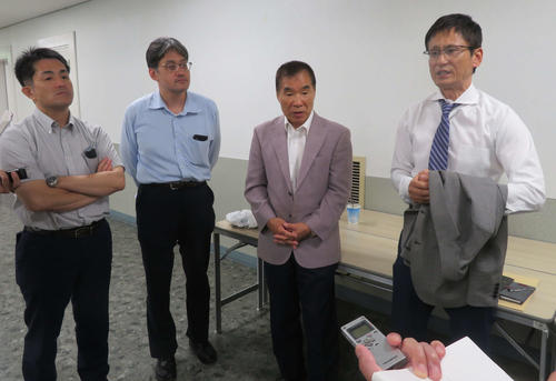 取材に応じる日本プロボクシング協会幹部。左から新田事務局長、林副事務局長、花形会長。右端は日本ボクシングコミッション安河内事務局長