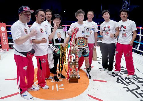WBO世界フライ級タイトルマッチ 祖父の遺影を手に勝利しチームで記念撮影をする田中恒成(撮影・森本幸一)