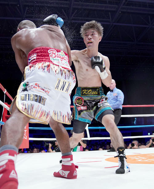 WBO世界フライ級タイトルマッチ 7R、ジョナサン・ゴンサレス(左)にパンチを放つ田中恒成(右)(撮影・森本幸一)