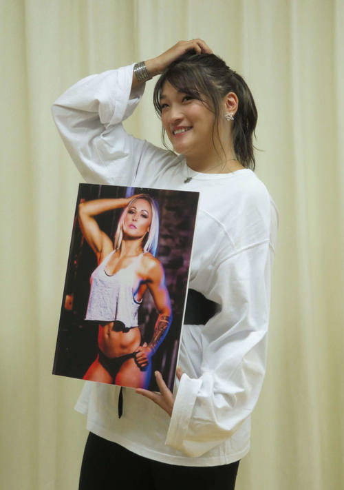 対戦相手ショーナ・ラムの写真に合わせてセクシーポーズを取るRENA